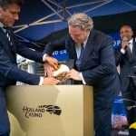 Jerry Warmerdam (casinomanager Holland Casino Utrecht) en Erwin van Lambaart (CEO Holland Casino) leggen de eerste steen. Op de achtergrond presentator Humberto Tan.