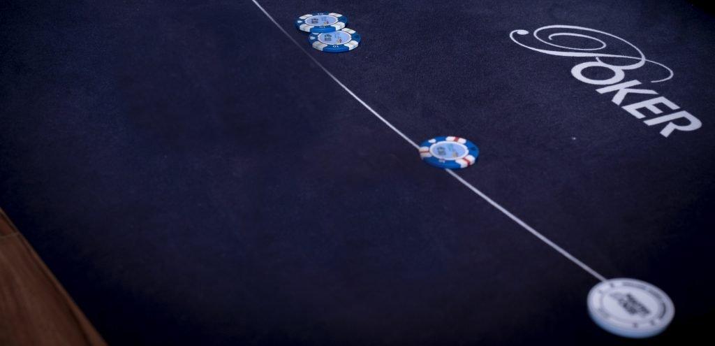 Twee spelers leggen een blind neer