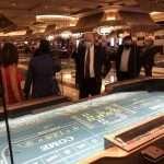 Nevada gouverneur Steve Sisolak in Las Vegas bij de heropning van een casino
