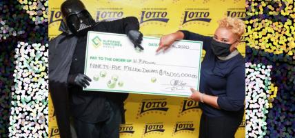 Lotto winnaar claimt prijs in Darth Vader-kostuum
