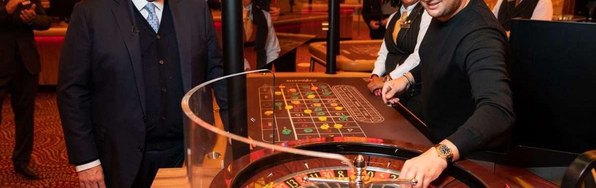 Heropening Holland Casino 1 juli 2020 met Holland Casino CEO Erwin van Lambaart en zanger Tino Martin.