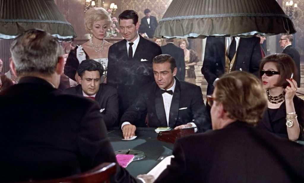 Sean Connery als James Bond in Dr. No aan de Chemin de fer baccarattafel