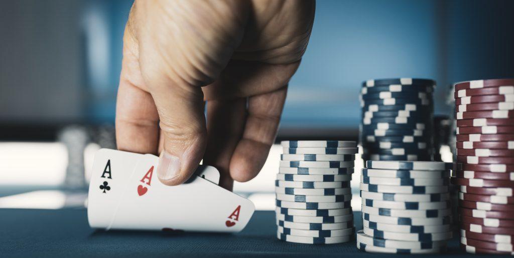 Poker (bron: https://elements.envato.com/hold-em-texas-poker-tournament-at-casino-5L83QAX)