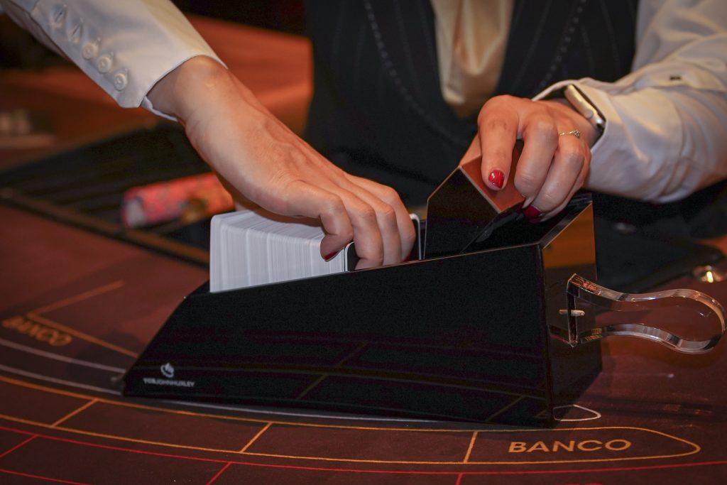 Een slof wordt gevuld met kaarten