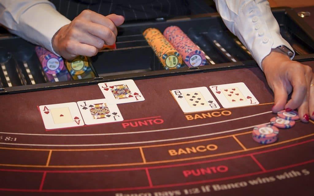 Holland Casino punto banco baccarat croupier dealer betaalt banco uit 1 voor Punto tegen 5 voor Banco