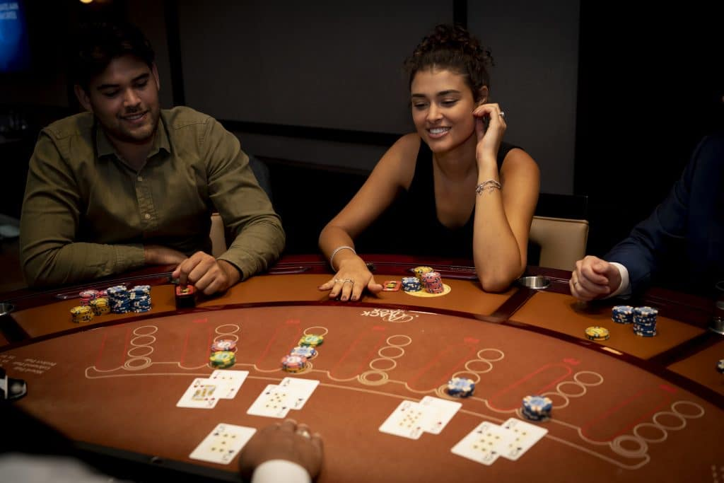 Holland Casino Blackjack 5 voor de dealer high roller twee spelers aan tafel