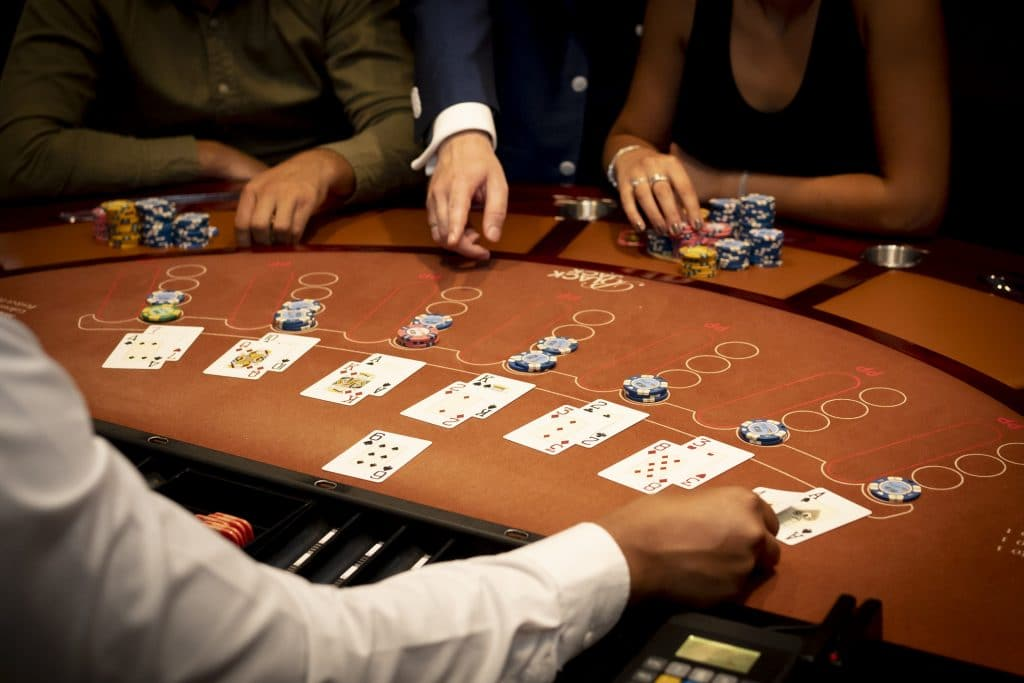 Holland Casino Blackjack alle boxen volle tafel drie spelers man vrouw model