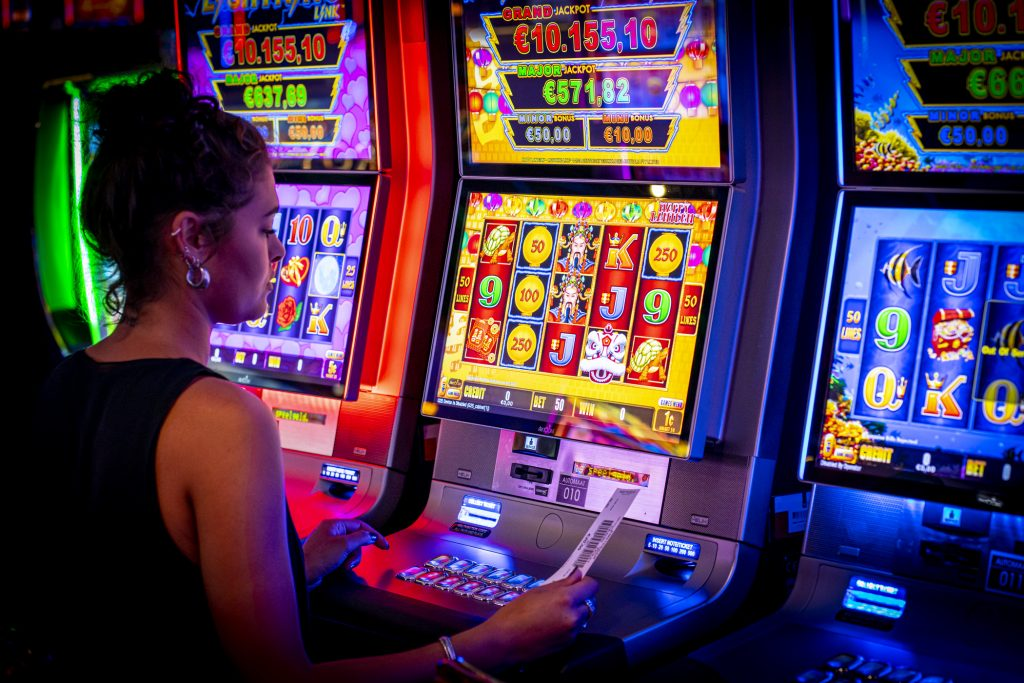 Holland Casino slots, speelautomaat, gokkast, slotmachine, model, vrouw, cash out, insert cash, ticket