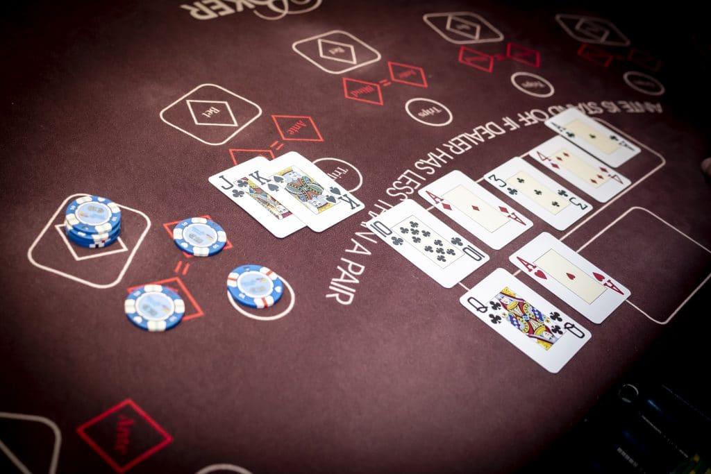 Holland Casino Ultimate Texas Hold'em speler verliest met JK KJ van AQ dealer wint met AA