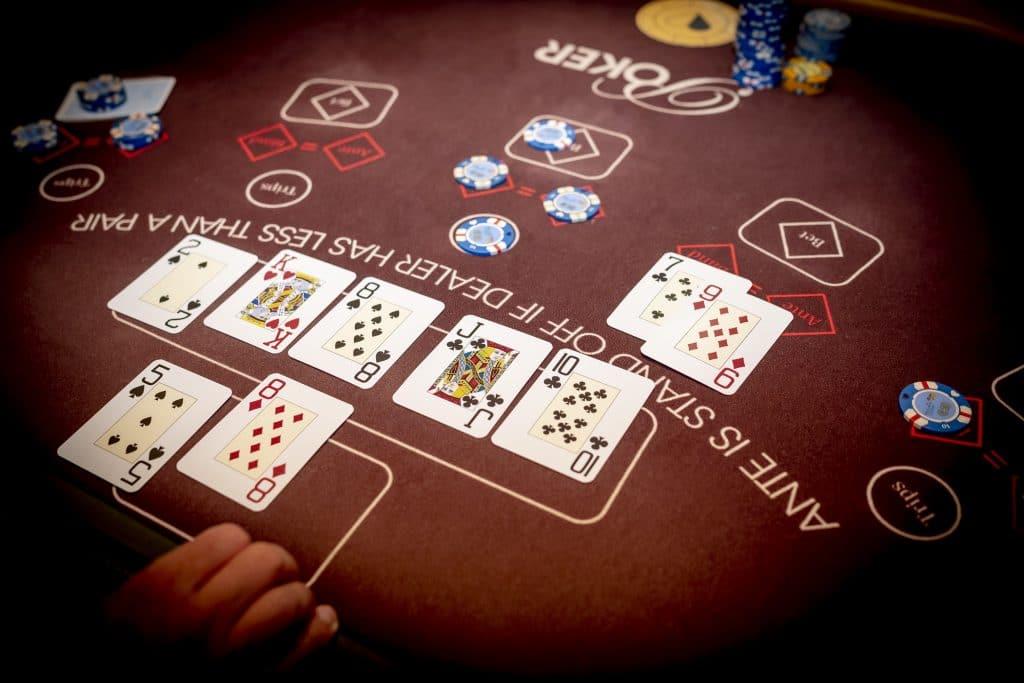 Holland Casino Ultimate Texas Hold'em dealer speler wint met straat tegen 88 van bank kwalificeert zich wel