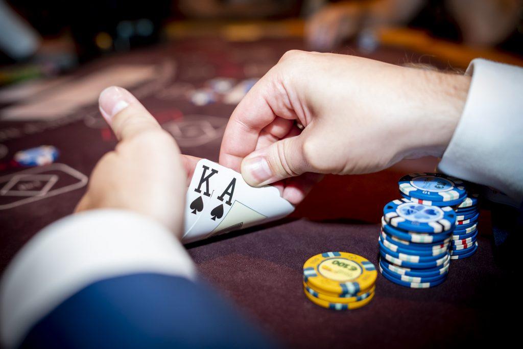 Holland Casino Ultimate Texas Hold'em AK aas-koning suited AsKs speler bekijkt zijn kaarten