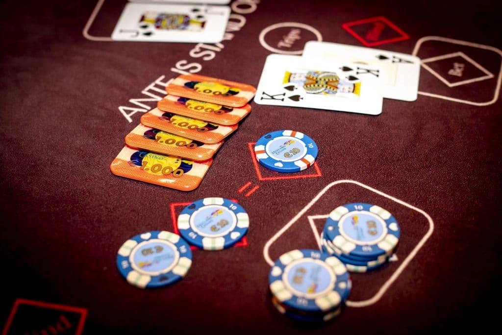 Holland Casino Ultimate Texas Hold'em Royal Flush uitbetaling met aas-koning AK plaques €5.000