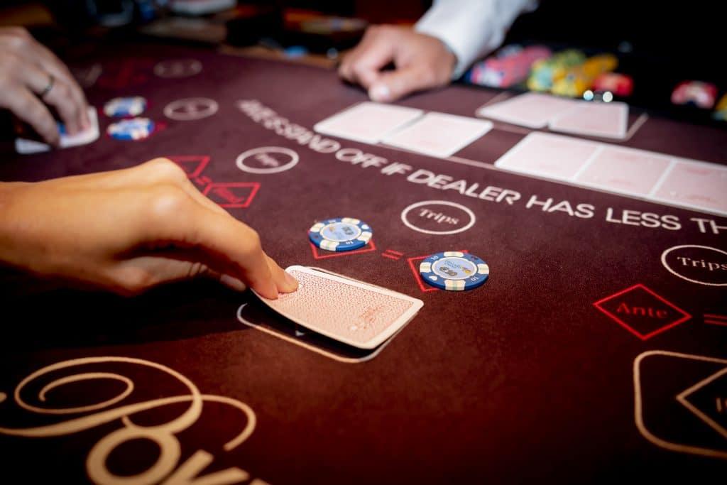 Holland Casino Ultimate Texas Hold'em flop speler bekijkt kaarten