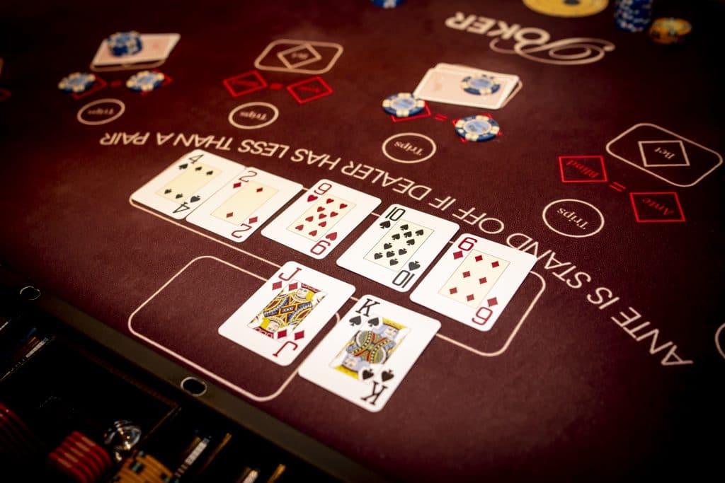 Holland Casino Ultimate Texas Hold'em dealer laat hand zien bank kwalificeert zich niet