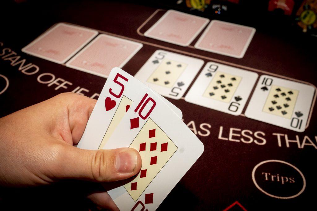 Holland Casino Ultimate Texas Hold'em twee paar speler bekijkt kaarten flop