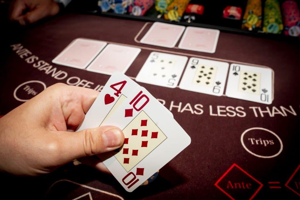 Holland Casino Ultimate Texas Hold'em een paar speler bekijkt kaarten flop