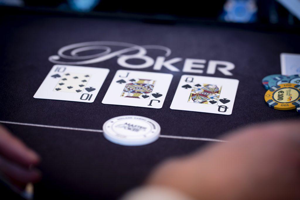 Holland Casino poker flop 10 J Q op de button