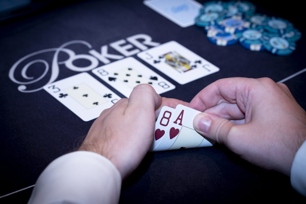 Holland Casino poker A8 suited aas-acht op J83 middle pair
