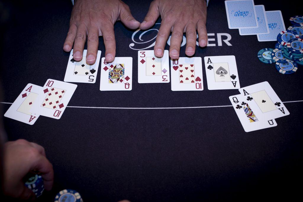 Holland Casino poker aas-vrouw (AQ) tegen aas-tien (A 10) twee paar two pair A 10 3 Q 5