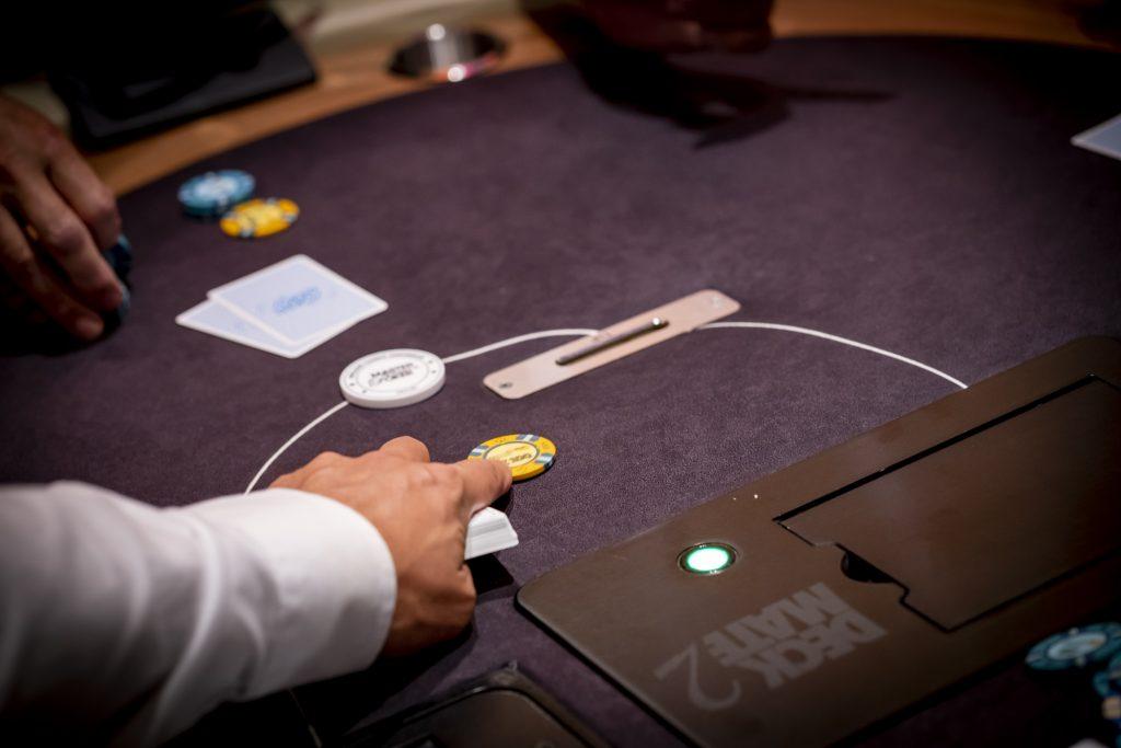 Holland Casino cashgame €100 bet raise call op de button