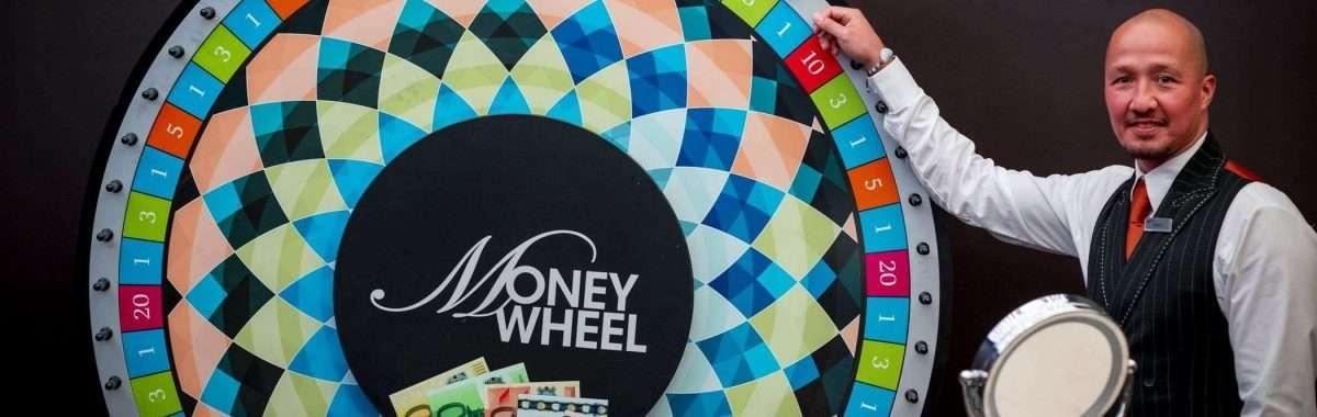 Holland Casino Money Wheel MoneyWheel croupier dealer draait aan het rad