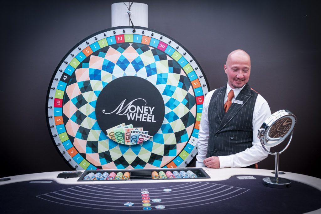 Holland Casino Money Wheel MoneyWheel totaalbeeld croupier dealer kijkt in de spiegel rad op 1