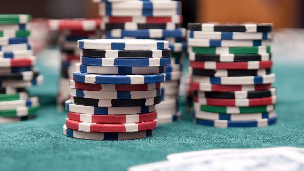 Casino chips (foto via https://www.peakpx.com/476835/poker-chips)