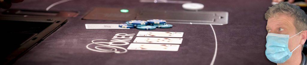 Samenstelling van een foto van Alberto Stegeman met mondkapje en een Holland Casino pokertafel.