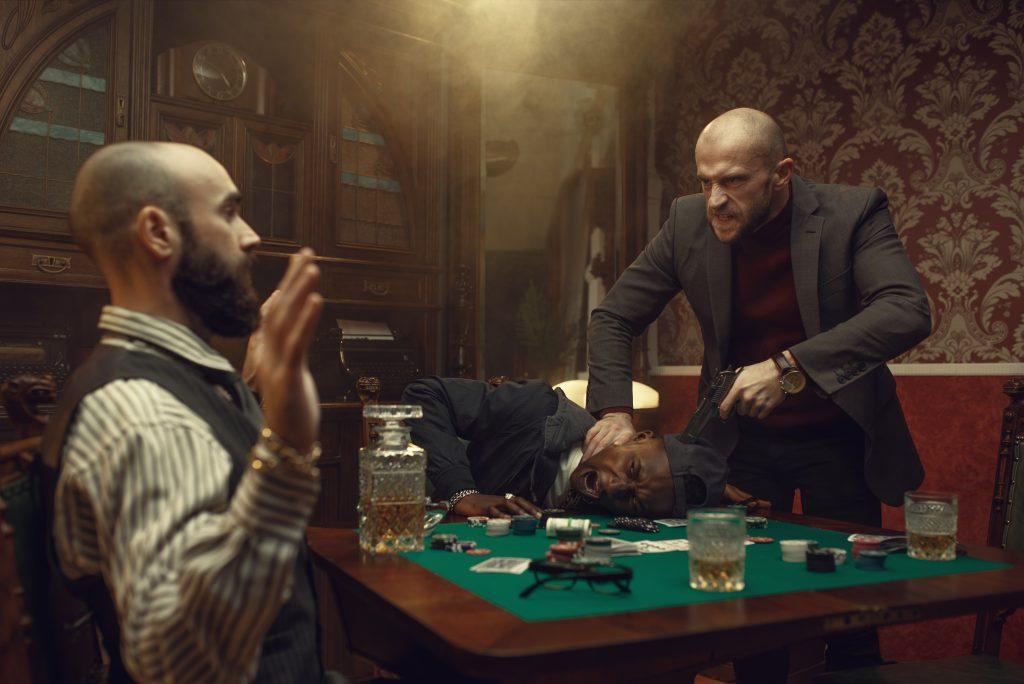 Voorbeeld van het imago van poker bij Alberto Stegeman interview: gespeeld door criminelen met whiskey op tafel.