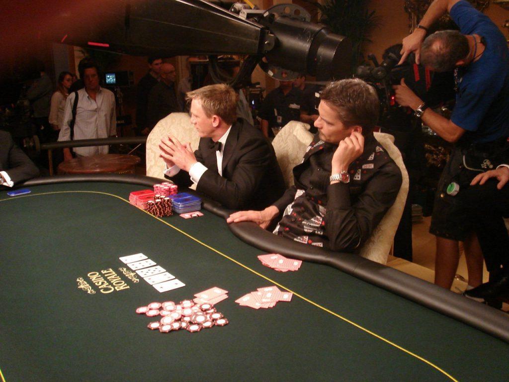 Daniel Craig (James Bond) speelt poker in Casino Royale met Andreas Daniel als dealer.