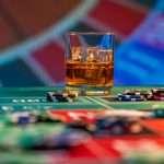 Drinken in het casino whisky bij de roulette