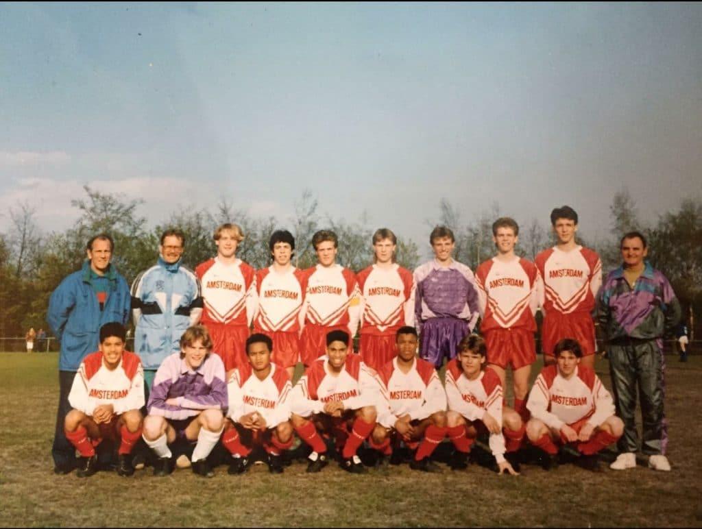 Nicky Roeg (boven, vierde van links) in het Amsterdams jeugdelftal met onder andere Michael Reiziger (beneden, vierde van links) en Edgar Davids (beneden, derde van rechts)
